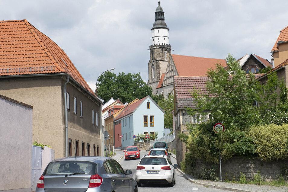 Diese Engstelle an der Pulsnitzer Straße von Kamenz ist nicht ungefährlich. Die Stadt würde die Fahrbahn hier gern verbreitern. Doch es gibt Problem.