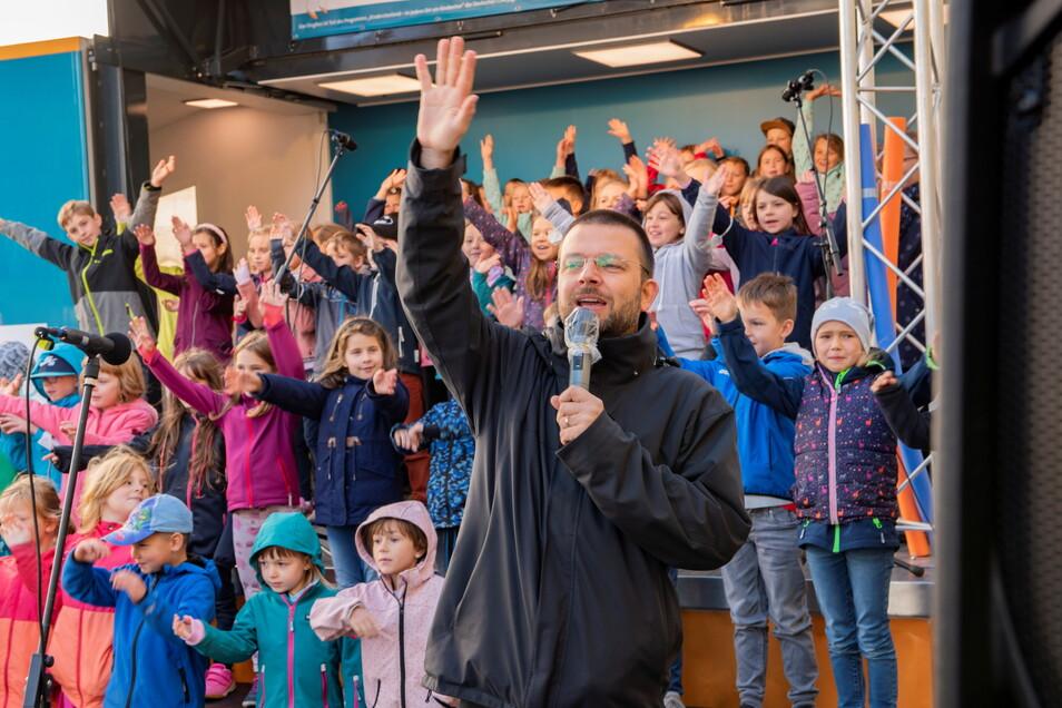 Die Chorklassen der ersten Grundschule bei ihrem Auftritt.