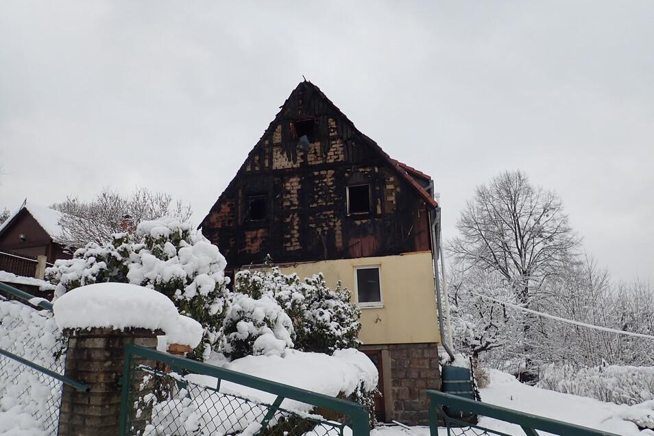 Der verkohlte Giebel des Hauses in Hertigswalde.Foto: Dirk Zschiedrich