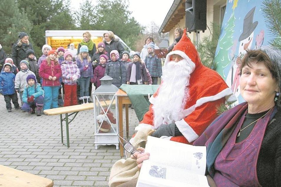 Auf die Märchenoma und den Weihnachtsmann haben sich die Kinder beim Weihnachtsmarkt in Mücka sehr gefreut.