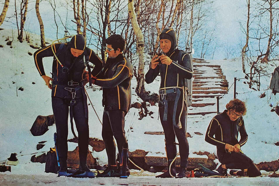 Sportler der Tauchgruppe Pirna beim Eistauchen in der Talsperre Malter.