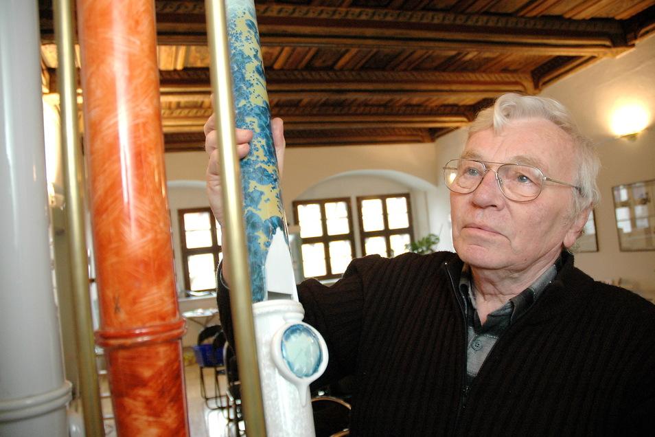 Ludwig Zepner beim Aufbau einer Ausstellung zu seinem Schaffen im Bennohaus Meißen. Der vor zehn Jahren verstorbene Porzellankünstler wird jetzt in der Manufaktur mit einer Sonderschau geehrt.