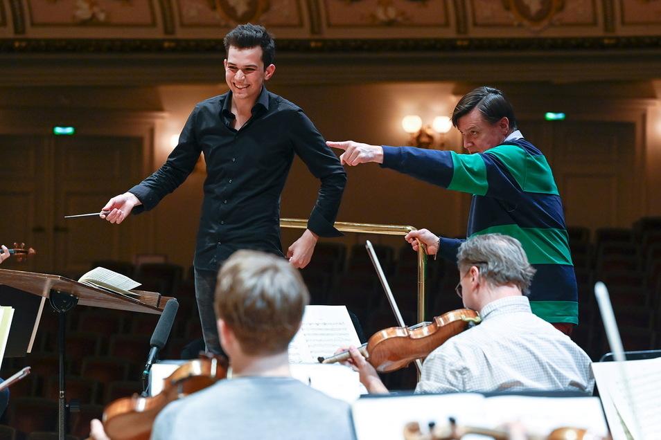 """""""Die Musiker mehr anfixen, dort das Blech, hier die Celli. Ja, man bräuchte mindestens drei Hände"""", so Christian Thielemann zum Masterstudenten Tim Fluch."""