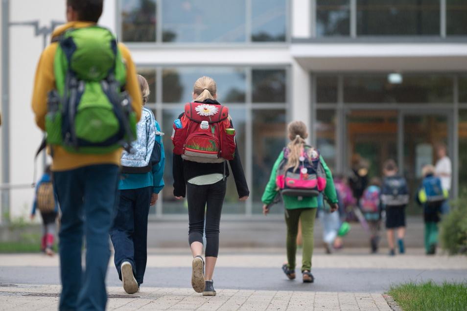 Kinder vor der 30. Grundschule auf der Hechtstraße in Dresden. Eltern fordern, dass die Schule Zebrastreifen erhält.