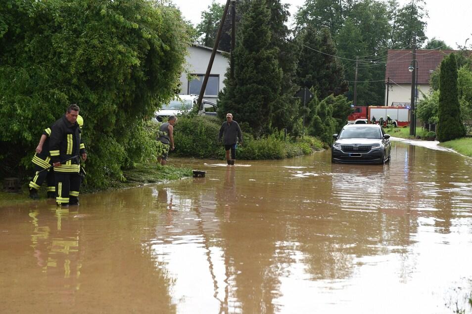 Ein SUV-Fahrer blieb in den Wassermassen stecken. Er musste warten, bis das Dreckwasser abgelaufen ist.