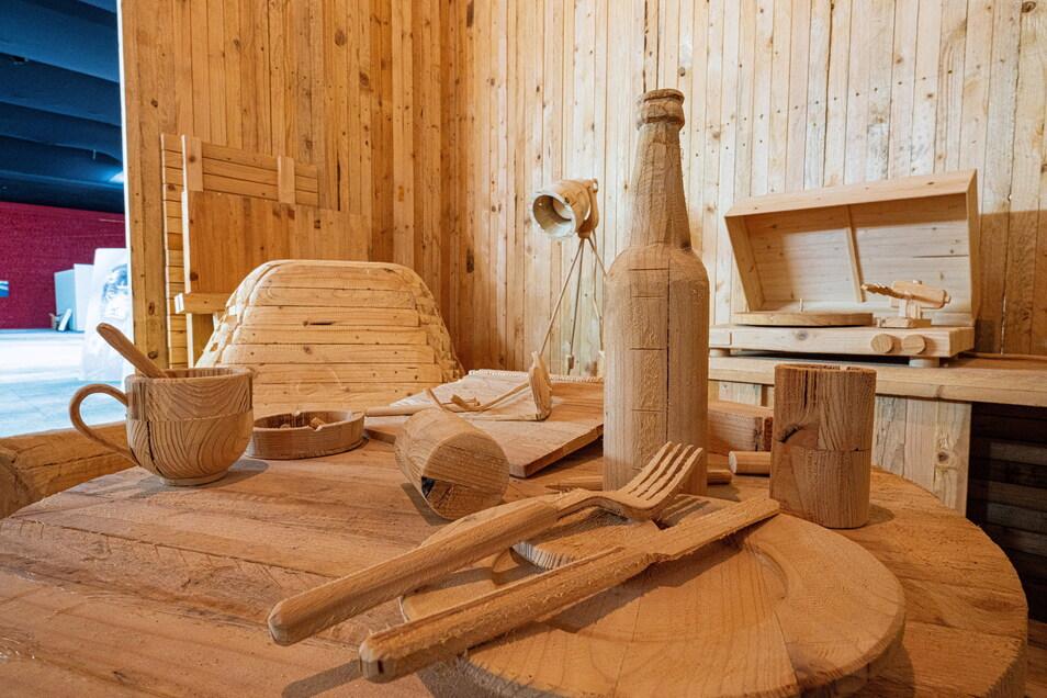 """Der ungarische Künstler Istvan Csakany baut sich aus Holz eine Welt, wie sie ihm gefällt und nennt den Raum im Raum """"Desert"""",. also Wüste."""