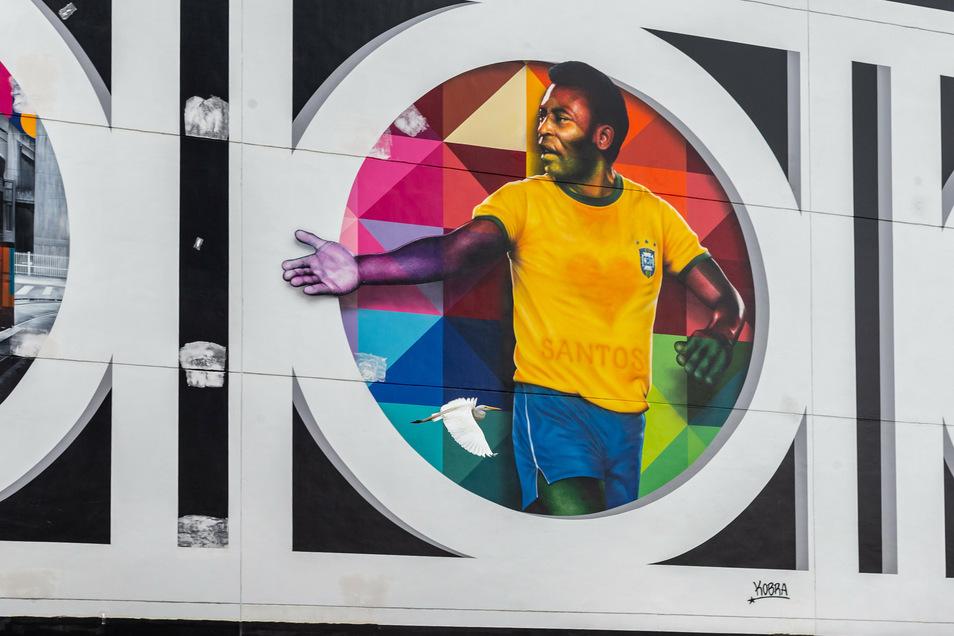 Eine Bild von Pele ist auf dem Gemälde des Künstlers Eduardo Kobra in Santos zu sehen. Die Zeichnung auf der 800 Meter langen Wand ist eine Hommage an den ehemaligen Fußballspieler.