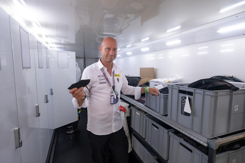 Teamchef Jens Feucht zeigt den Innenraum eines der beiden Trucks. Hier sind die Spinds für die Mechaniker und Fahrer untergebracht. Außerdem werden Kleinteile wie die FFP2-Masken gelagert.