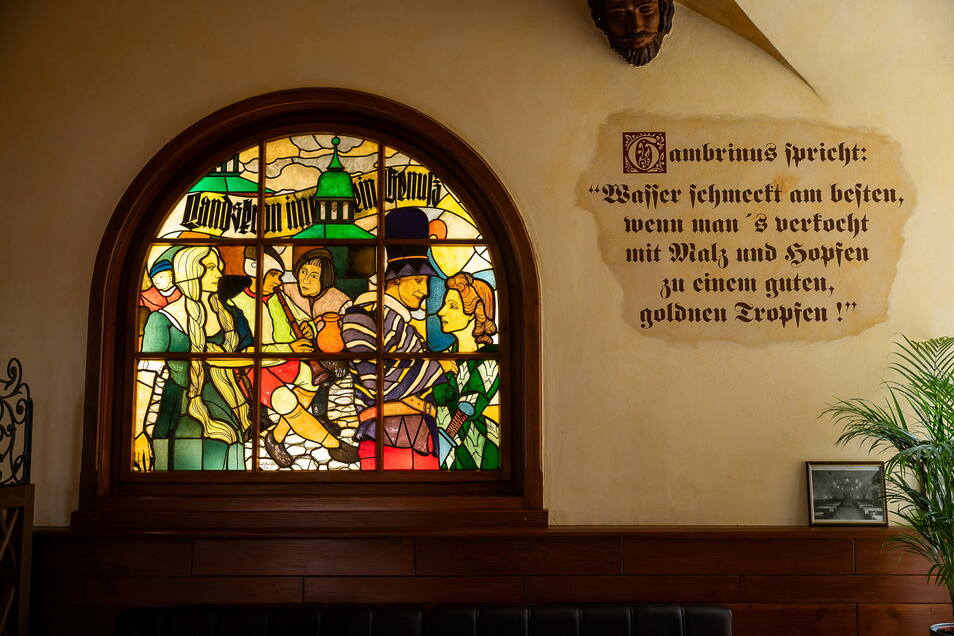 """Fensterbild und """"wahre Worte"""" im Bürgerstübl."""