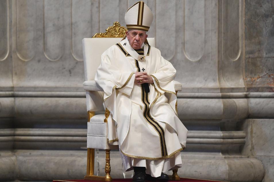 Papst Franziskus während der Ostermesse in einem fast leeren Petersdom.