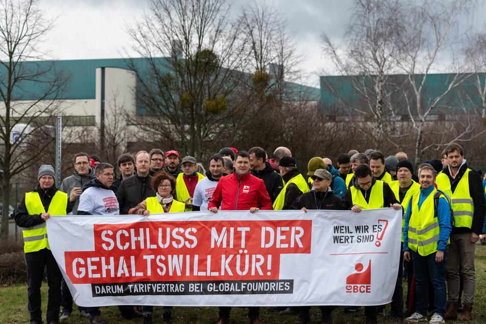 An der Einfahrt zur Mikrochipfabrik von Globalfoundries in Dresden haben Beschäftigte und Gewerkschafter gefordert, mit Tarifverhandlungen zu beginnen.