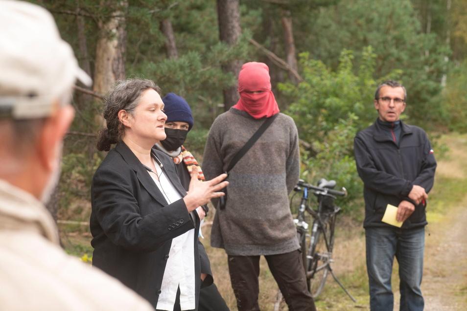 """Elisabeth Lesche von der Bürgerinitiative """"Contra Kiesabbau"""" im Gespräch mit Waldbesetzern und Anwohnern. Das Treffen fand in der Nähe des Besetzercamps statt."""