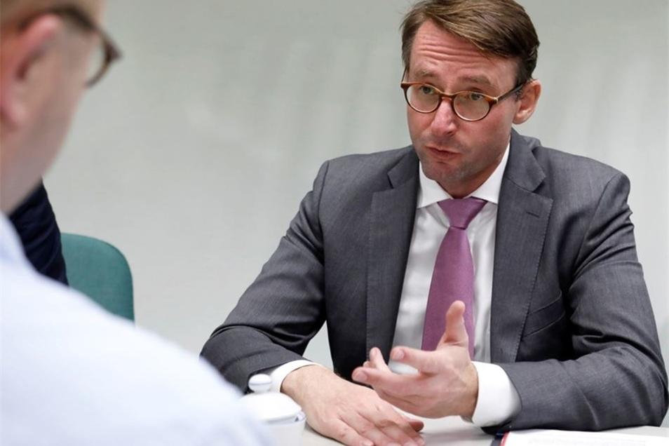 Sachsens Innenminister Roland Wöller beim Interview in der Zittauer SZ-Redaktion.