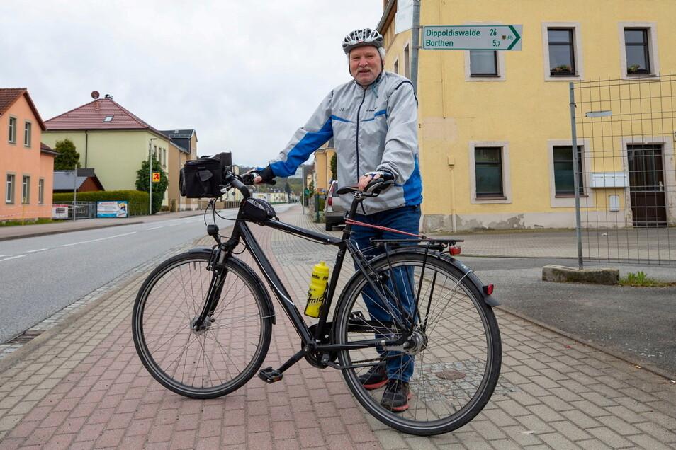 Nicht ohne mein Fahrrad: Wenn Andreas Burow jetzt unterwegs ist, schaut er anders auf die Radwege. Hier am Dohnaer Bahnhof hat er das erste schiefe Schild entdeckt.