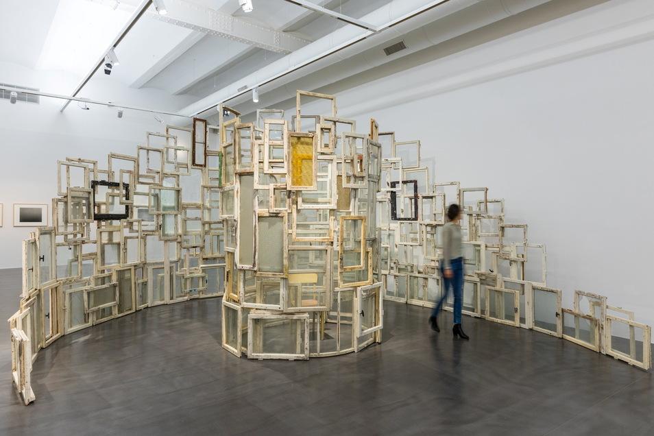 """Einblicke in die Sammlung Hoffmann gibt die Ausstellung """"Still alive"""" im Dresdner Albertinum. Hier die Arbeit von Chiharu Shiota """"Innen-Außen"""" mit Fenstern, die in den 1990er-Jahren aus Berliner Häusern ausgebaut worden waren."""