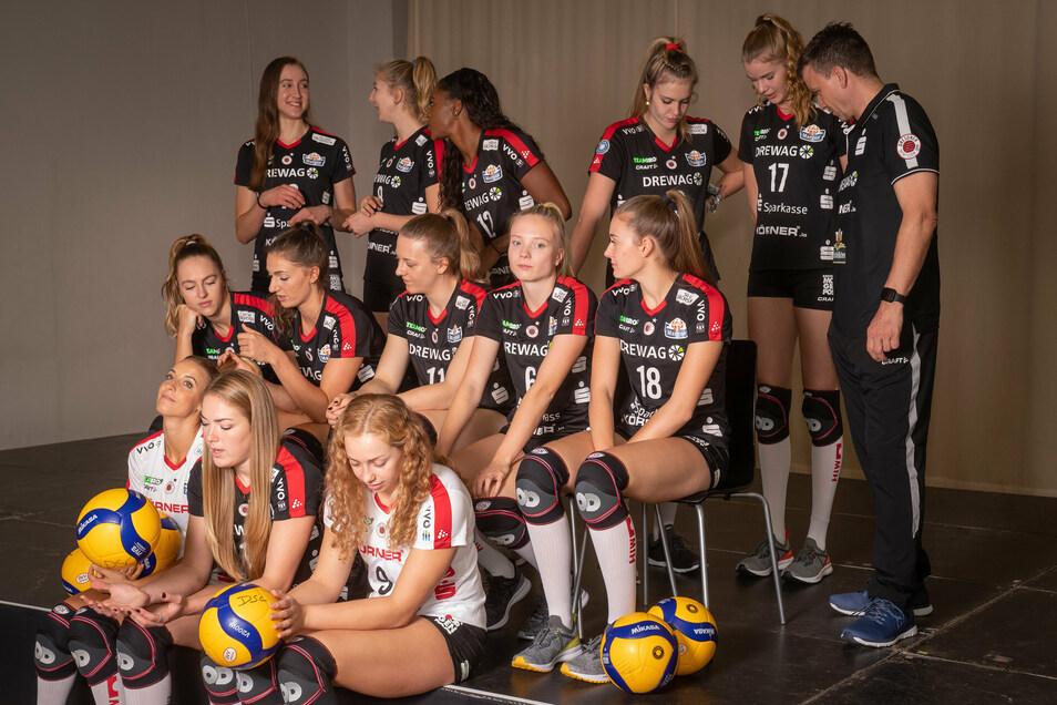 Ob die Gedanken der DSC-Volleyballerinnen um das gleich entstehende Foto oder das nächste Spiel kreisen?
