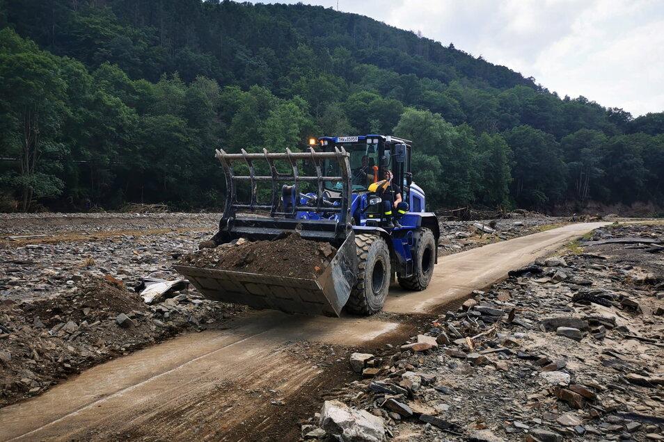 Die Zufahrt zu einem Landwirtschaftsbetrieb muss teilweise neu geschaffen werden. Foto: THW Döbeln