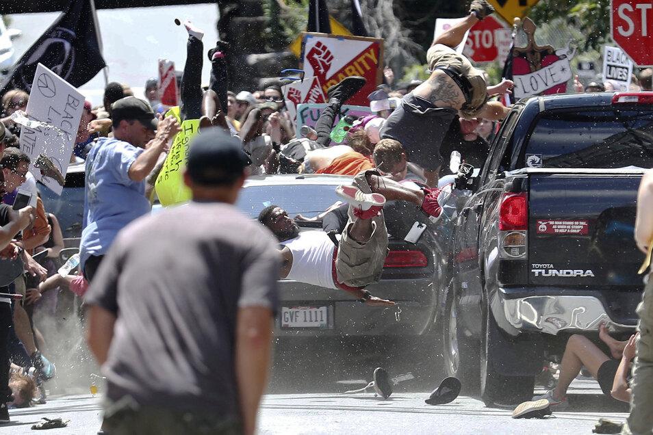 Im August 2017 raste der Täter am Rande einer Demonstration in eine Gruppe von Gegendemonstranten. Eine Frau wurde getötet.