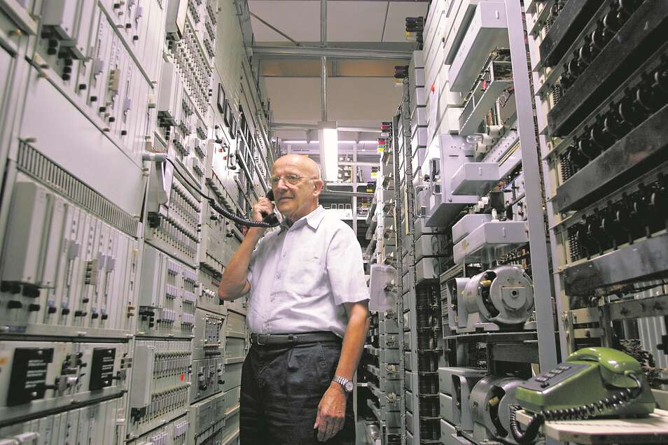 Viel Platz wurde gebraucht: Hier präsentiert ein Mitglied der Interessengemeinschaft Historische Fernmeldetechnik, die in Dresden das Fernmeldemuseum am Postplatz betreibt, das Fernsprechvermittlungssystem S 50.