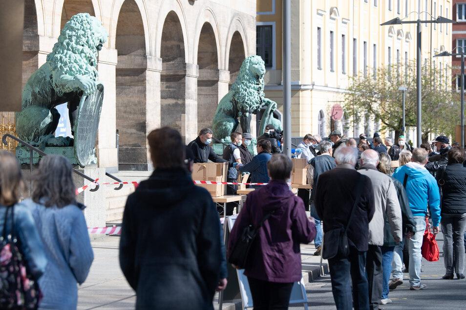 Menschenschlangen von allen Seiten: Viele Dresdner wollten am Montag kostenlos eine Mund- und Nasenmaske von der Stadtverwaltung bekommen. Das sorgt nun für Ärger.