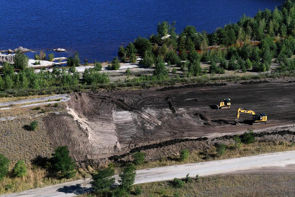 Künstliche Erhebungen sollten die Bergbaufolgelandschaft attraktiver machen. Jetzt werden sie wieder abgetragen, um Druck vom Gelände zu nehmen.