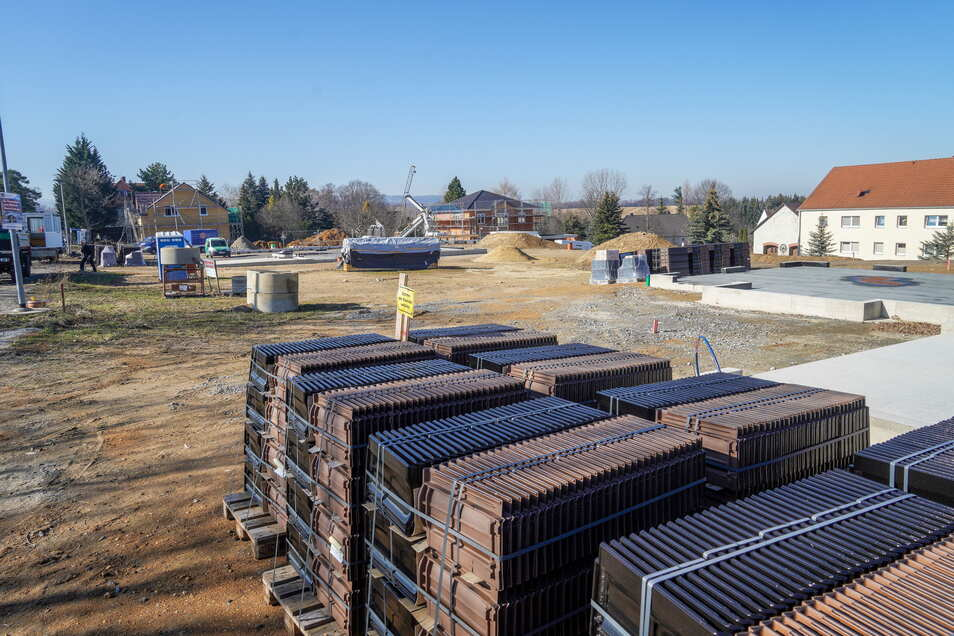 An der Bautzener Straße in Gaußig werden derzeit emsig neue Einfamilienhäuser gebaut. Weitere sollen ein Stück weiter Nordöstlich entstehen.