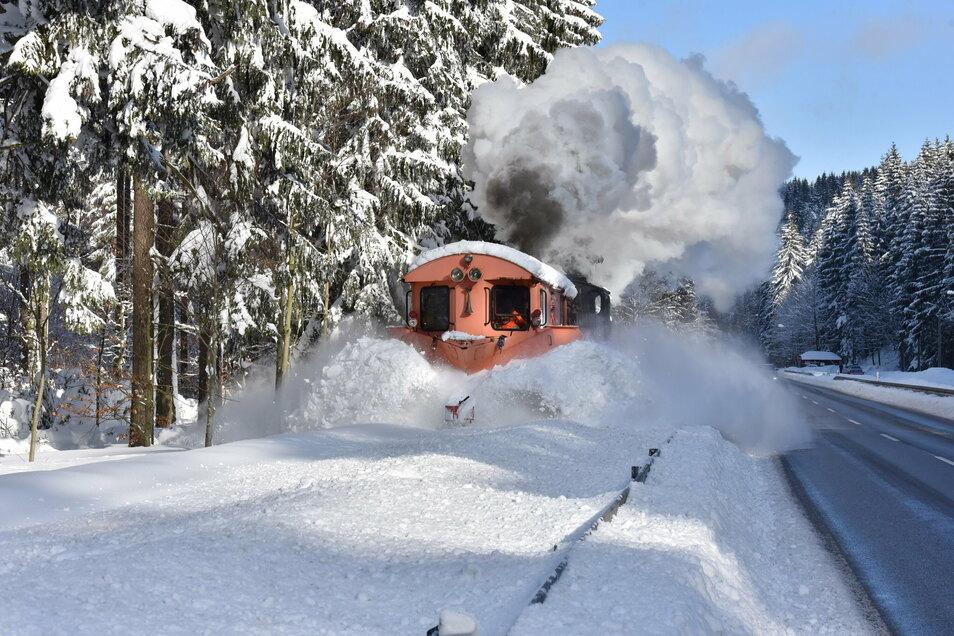 So wie hier im Januar 2018 kam der Schneepflug auch Anfang der Woche auf der Strecke der Weißeritztalbahn zum Einsatz.