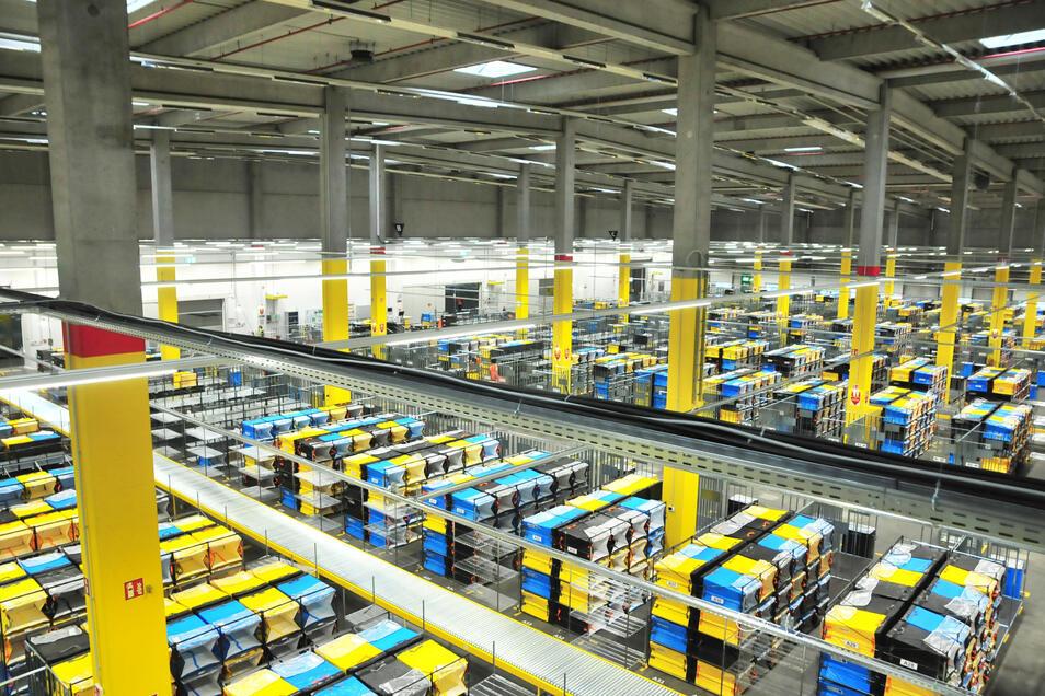 Zehntausende Warensendungen vor allem für Ost- und Mittelsachsen werden bei Amazon in Lampertswalde verteilt.