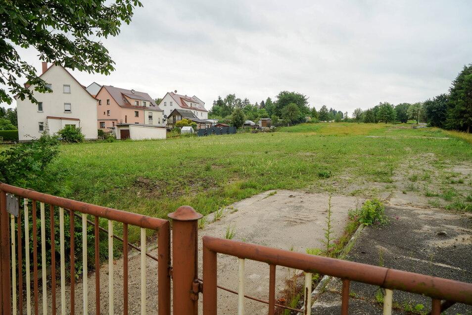 Auf dieser Fläche zwischen Süßmilch- und Bergstraße sollen in Bischofswerda neue Häuser entstehen. Um die Zufahrtsstraße gab es lange Streit - jetzt wurde ein Kompromiss gefunden.