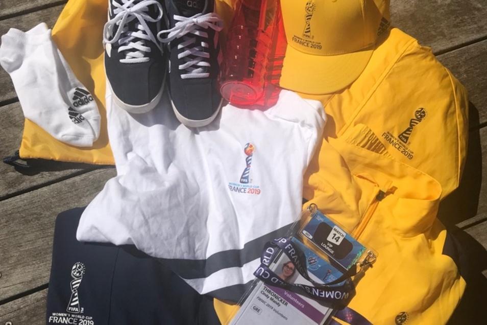 Eine Komplettausstattung bekommen die Volunteers von der Fifa gestellt - sogar die Socken. Die rote Trinkflasche war ein Geschenk an alle Volunteers für den Einsatz während des zweiten Matches.