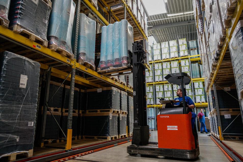 Im Lager der Firma Jokey in Sohland stellt ein Mitarbeiter eine Palette mit Zehn-Liter-Eimern für die Lebensmittelindustrie in ein Hochregal. Der Betrieb erhält derzeit mehr Aufträge als üblicherweise im Frühjahr.