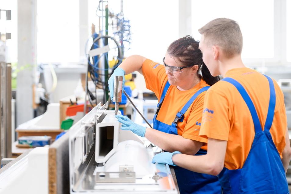 Beim Kunststoffunternehmen Lakowa in Wilthen können Ferienjobber zum Beispiel in der Montage arbeiten.