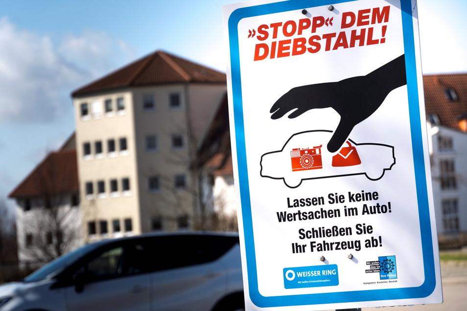 Nach einer Diebstahlserie 2019 warnen diese Schilder im Riesaer Stadtgebiet Autofahrer davor, Wertsachen im Auto zurückzulassen.