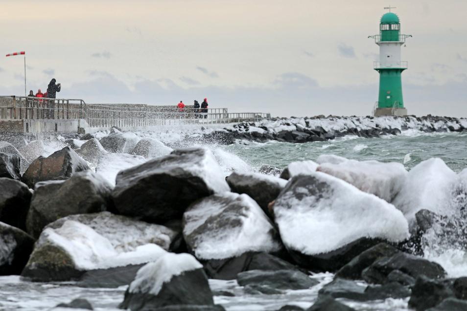 Vereiste Mole. Starker Ostwind und tiefe Temperaturen sorgen für dicke Eispanzer auf den Steinen der Mole im Ostseebad Warnemünde.