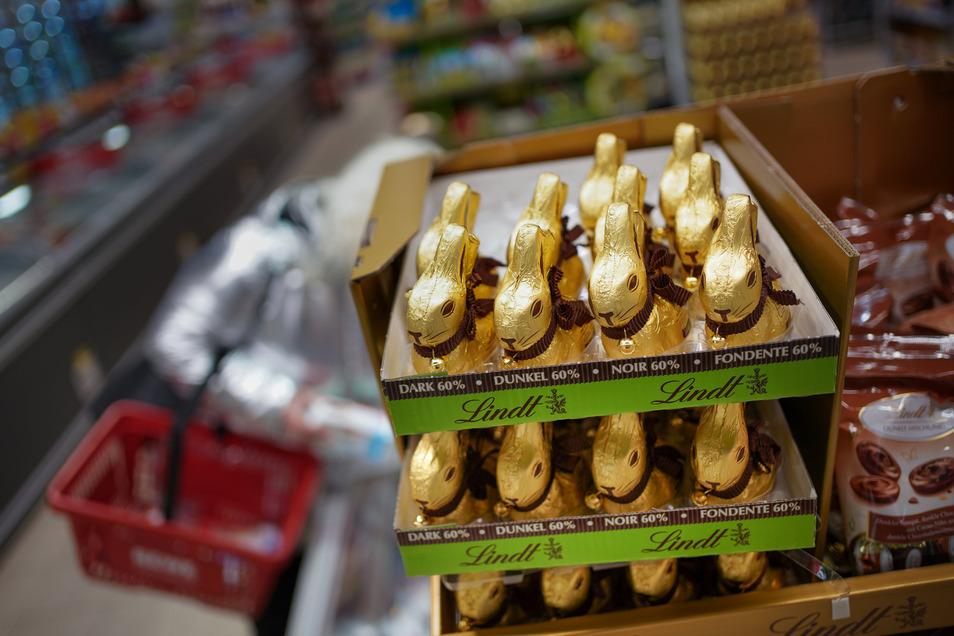 Schokoladenosterhasen warten in den Supermärkten auf Kunden. Der Handel hofft, dass diese die Öffnungszeiten über den Tag verteilt nutzen.