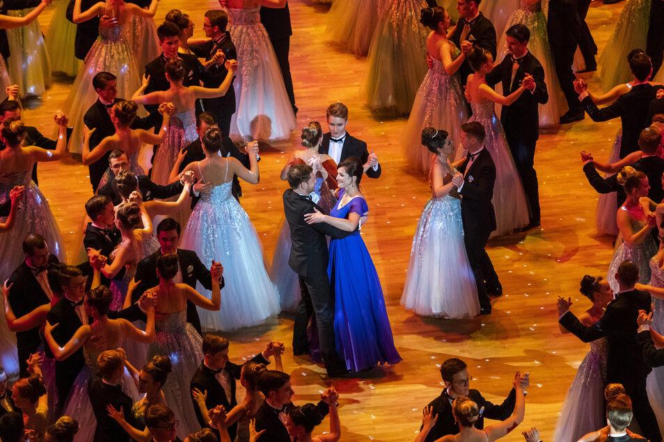 Auch im vergangenen Jahr eröffnete Michael Kretschmer mit seiner Partnerin Annett Hofmann den Semperopernball.