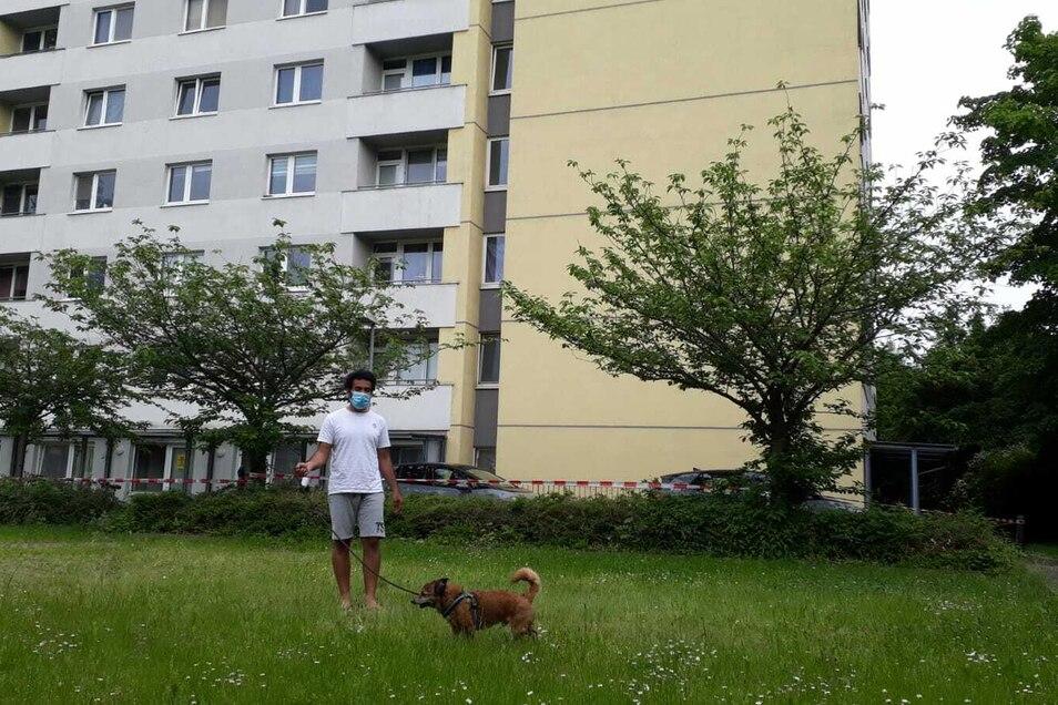 Davinder Bansal darf immerhin mit seinem Hund Tibu kurz das Wohnheim verlassen. Das Ergebnis seines PCR-Tests soll er am Samstag erhalten.