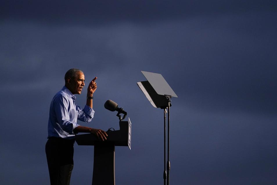 Barack Obama – hier als Redner auf auf einer Wahlkampfveranstaltung zur Unterstützung für den demokratischen Präsidentschaftskandidaten Joe Biden – hat seine Memoiren veröffentlicht. Es geht darin nicht allein um einen Rückblick auf Obamas Amtsze