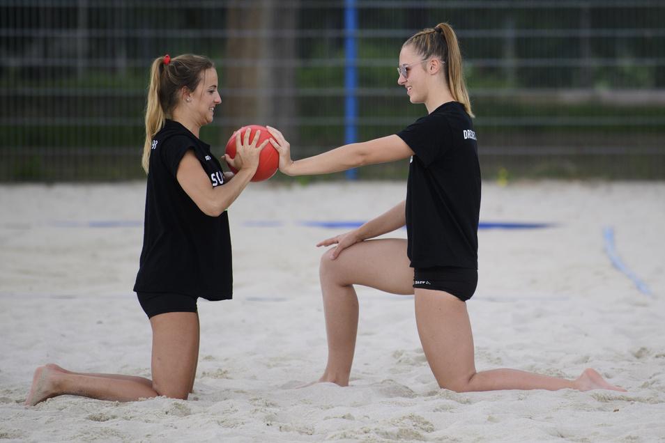 Lenka Dürr (links) und Lina-Marie Lieb vom Dresdner SC trainieren während einer Athletik-Einheit auf der Beachvolleyball-Anlage mit dem Medizinball.