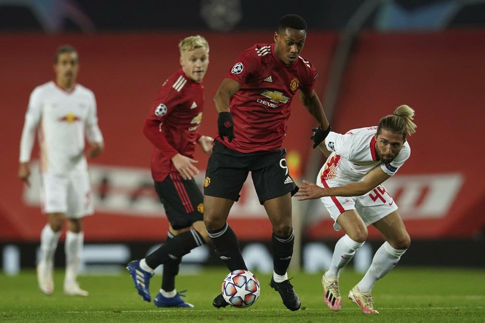 Anthony Martial (Mitte) von Manchester United setzt sich gegen Leipzigs Kevin Kampl durch.