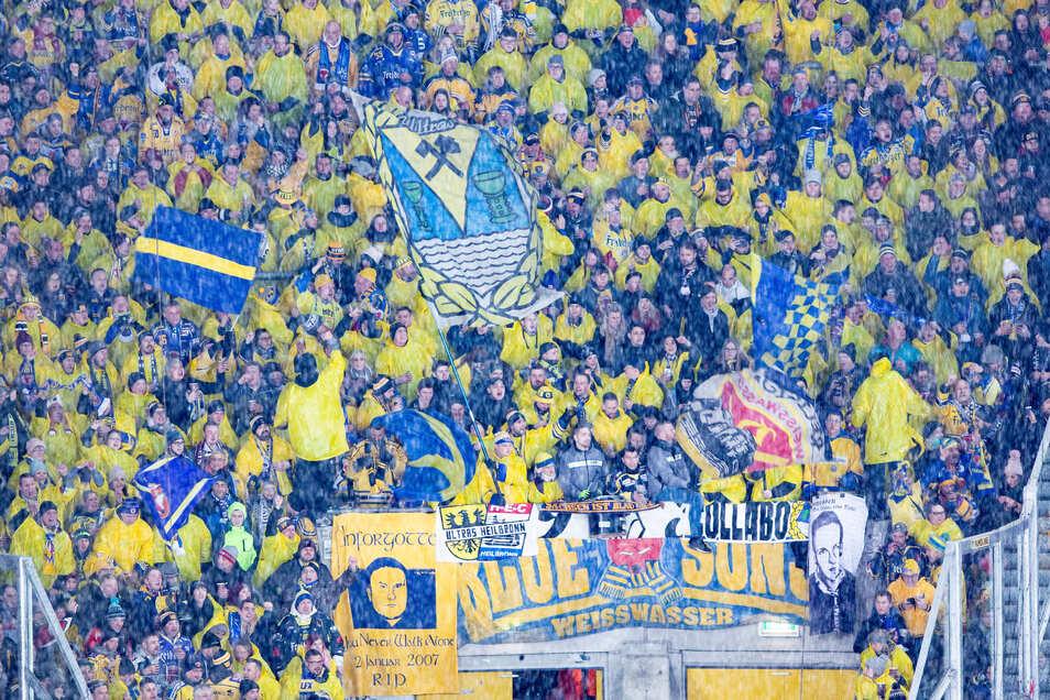 So viele Fans wie zum Winter-Derby im Rudolf-Harbig-Stadion am, 4. Januar dürfen zwar nicht in die Halle, aber immerhin sind für das Heimspiel der Eislöwen 1.000 Zuschauer erlaubt.