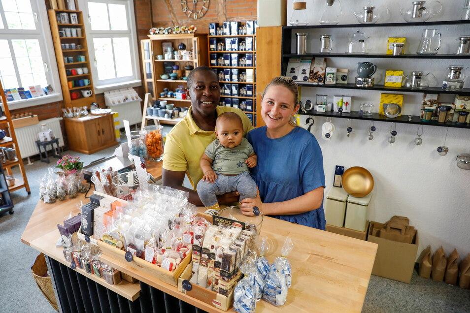 Leslie und Bothwell Mwedzi stehen hinter dem neuen Tresen. Ihr Sohn Tafara-Joel sitzt auf dem Arm seines Papas. Da wo der Tresen jetzt steht, war bis vor zwei Wochen noch gar kein Verkaufsbereich.
