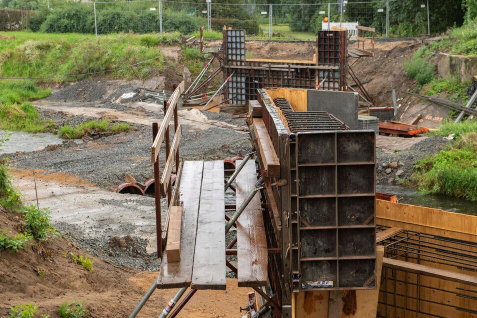 Die Radwegbrücke über den Neugraben entsteht neu - noch bis Oktober wird hier gebaut.