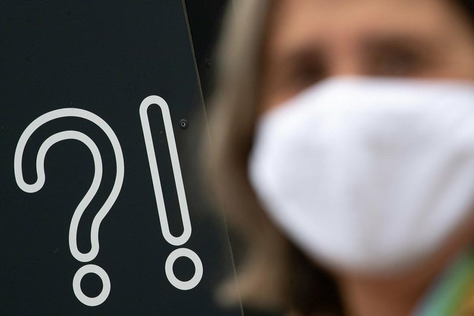 Künftig müssen in Bussen und Bahnen sowie beim Einkaufen medizinische Masken getragen werden.