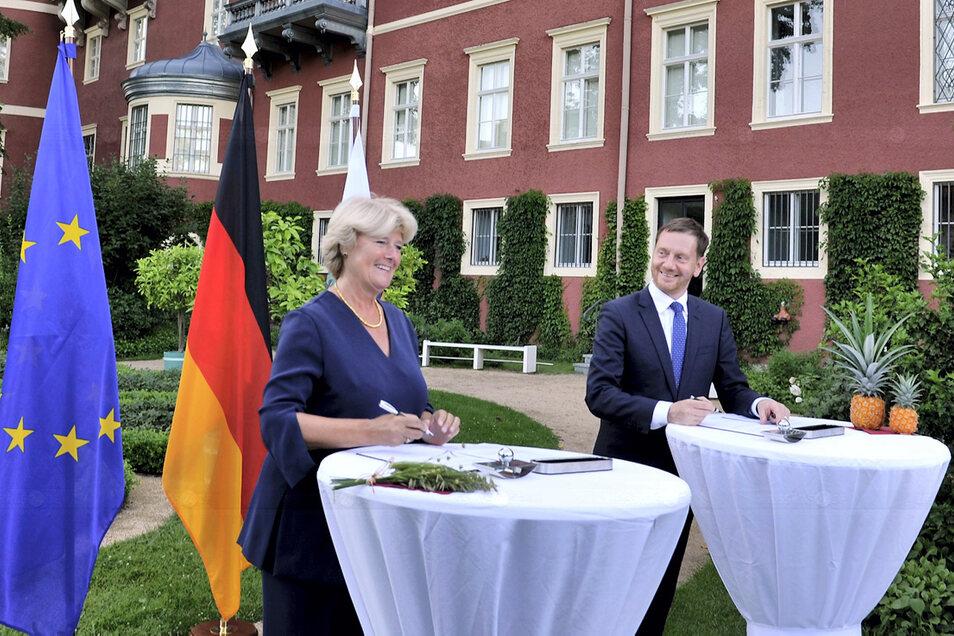 Die Kulturstaatsministerin des Bundes, Monika Grütters, und Sachsens Ministerpräsident Michael Kretschmer unterzeichneten am Montag gut gelaunt im Schlossgarten Bad Muskau das Finanzierungsabkommen bis 2024 zur institutionellen Förderung der Fürst-Pü