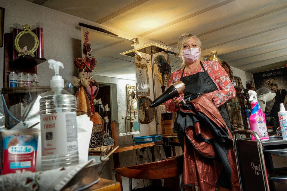 Szilvia Schiffel ist Obermeisterin der Friseurinnung im Landkreis Bautzen und selbst Inhaberin zweier Friseursalons. Die sind wie alle anderen Friseurgeschäfte derzeit geschlossen, doch viele ihrer Kunden fragen in diesen Tagen nach Terminen.
