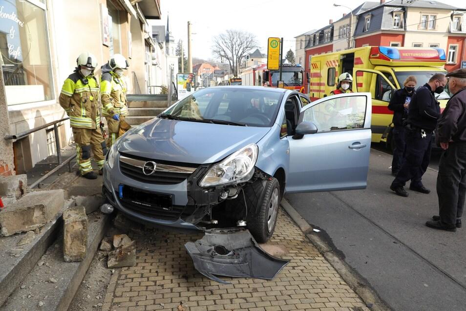 Erst an der Treppe zum Eingang einer Bäckerei blieb das Unfallauto stehen.