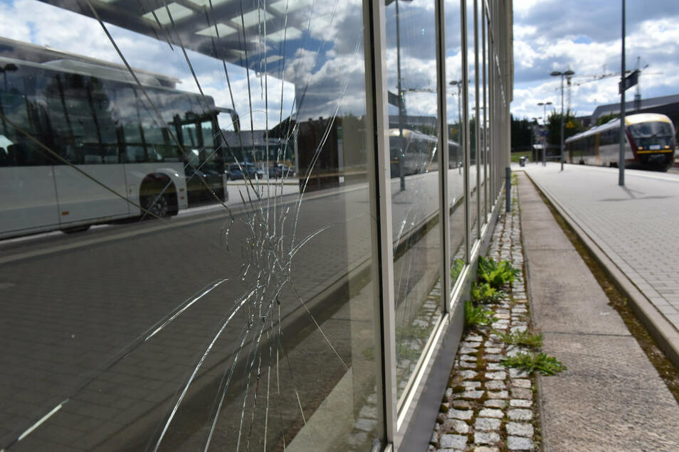 Im Juli zerschlugen Unbekannte mutwillig die Scheiben des Altenberger Busbahnhofs.