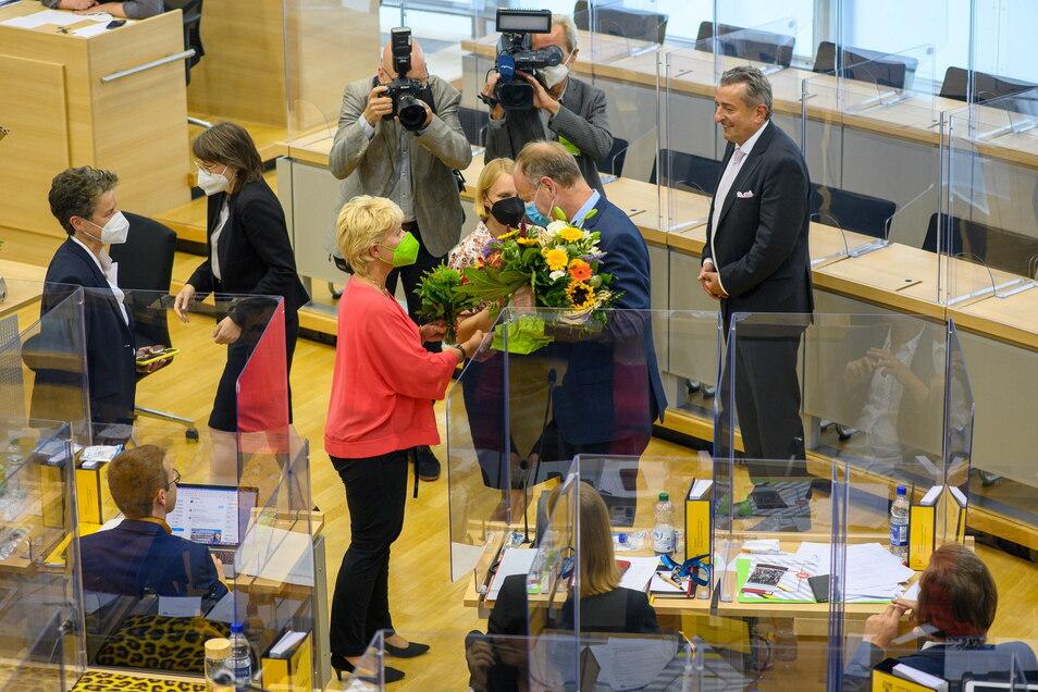 Wulf Gallert (2vr, Die Linke) nimmt im Plenarsaal des Landtages von Sachsen-Anhalt Blumen entgegen. Zuvor war der Politiker in der konstituierenden Sitzung zum Vizepräsidenten des Landtages gewählt worden.