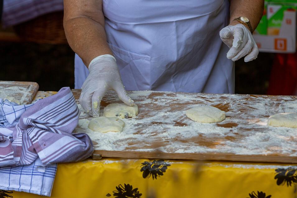 Die Zubereitung der Weißiger Klitscher ist nach wie vor Handarbeit.